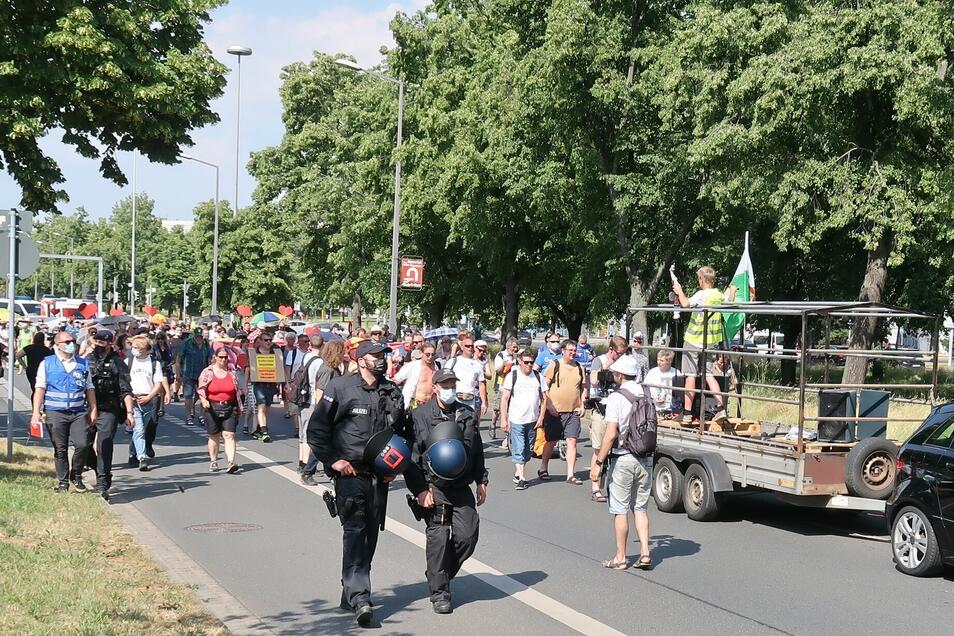 Erste Demo der Kreuz- und Querdenker-351-Initiative in Dresden. Hier ziehen rund 120 Kritiker der Coronamaßnahmen über die St. Petersburger Straße.