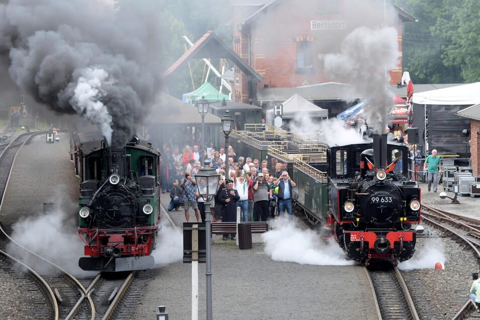 Die Doppelausfahrt zweier Dampfloks aus dem Bahnhof Bertsdorf war einer der Höhepunkte der Historik Mobil.