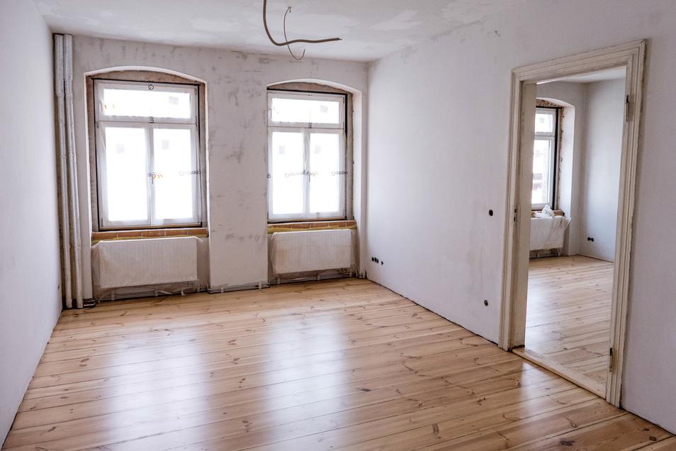 Innen ist der Baufortschritt klar erkennbar, auch viele alte Dielenböden sind schon abgeschliffen.