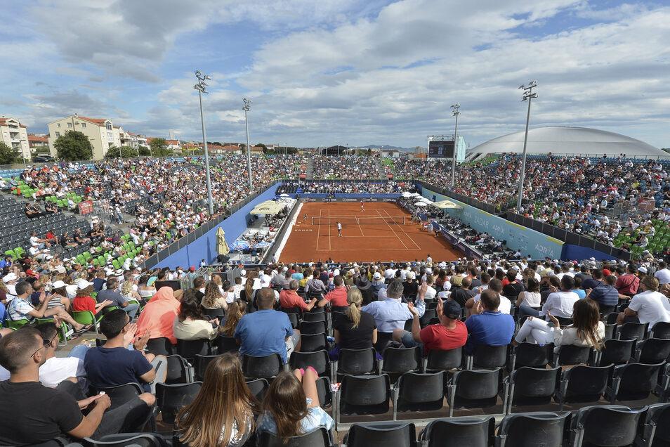 Kroatien, Zadar: Zuschauer sitzen dicht beieinander ohne Masken und schauen einem Tennisspiel zu.