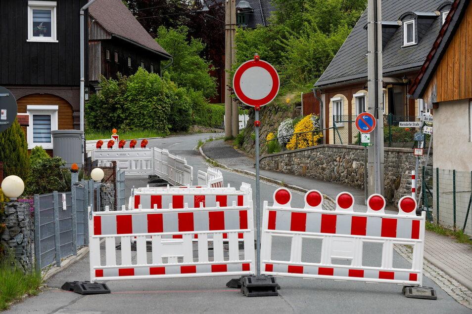 Die Warnsdorfer Straße ist in Seifhennersdorf jetzt wieder voll gesperrt.