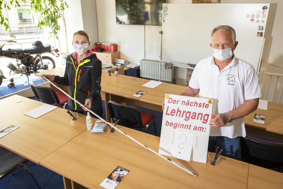 Fahrlehrer Julia Mey und Hagen Korell aus Pirna. Genug Platz für sicheres Theorie lernen.