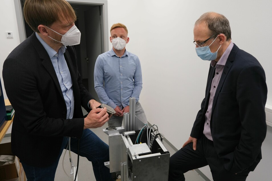Die Senodis-Geschäftsführer Björn Erik Mai und Dr. Christoph Kroh führen Wirtschaftsförderer Robert Franke den städtisch geförderten Demonstrator vor.