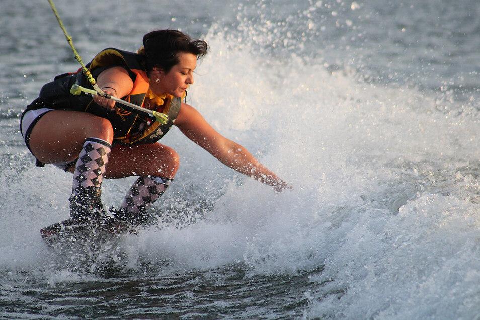 """Steffi aus Leipzig gehörte zu den Wakeboardern, die sich zum Saisonausklang von """"Wake & More"""" im Kostüm auf den Geierswalder See wagten."""