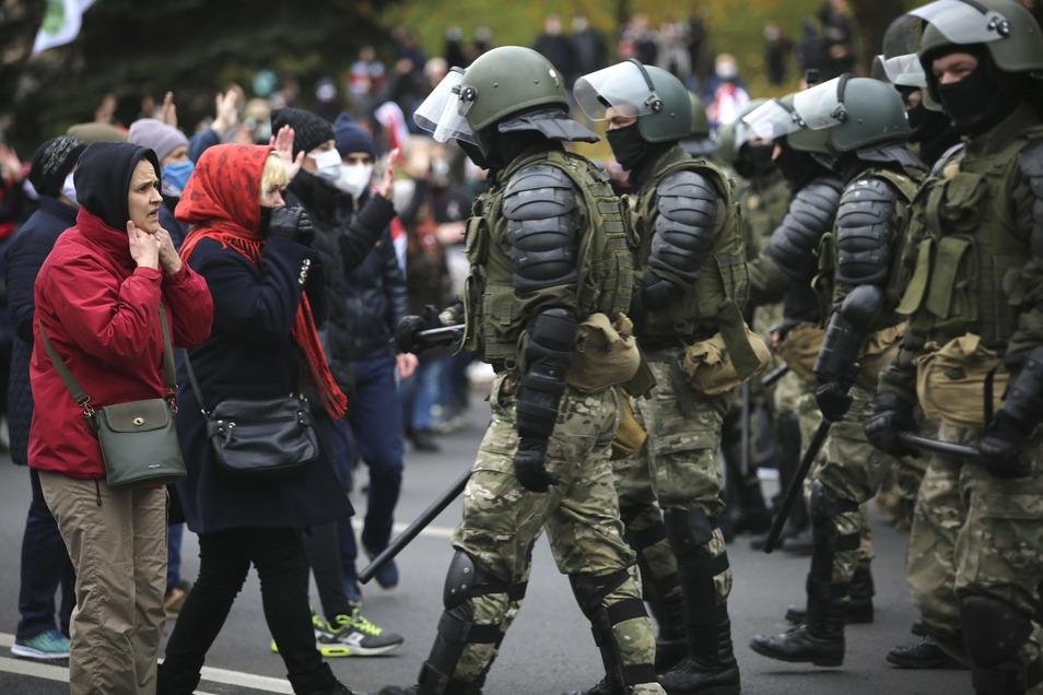 Polizisten und Demonstranten stoßen bei einer Kundgebung der belarussischen Opposition in Minsk aneinander.