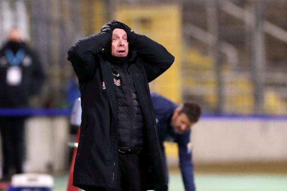 Dynamos Trainer Markus Kauczinski leidet an der Seitenlinie mit. Und kann es nicht fassen, als 1860 in der Schlussphase trifft.