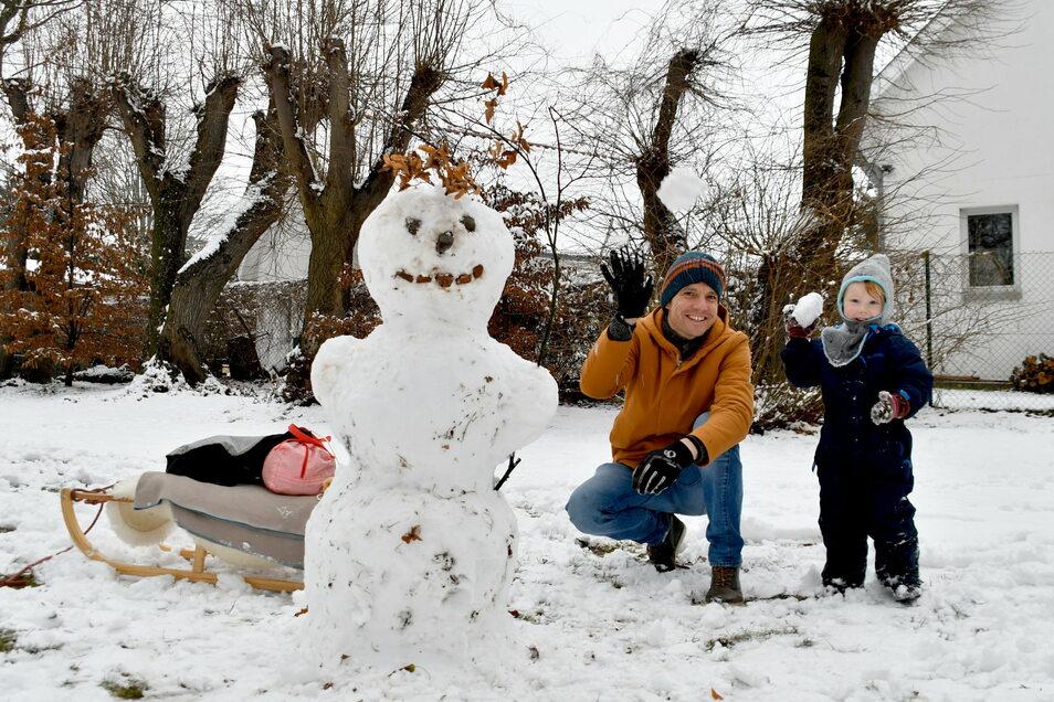 In Gönnsdorf im Schönfelder Hochland nutzten Bastian Engelmann und sein Sohn Elia am Sonntagvormittag den Schnee.