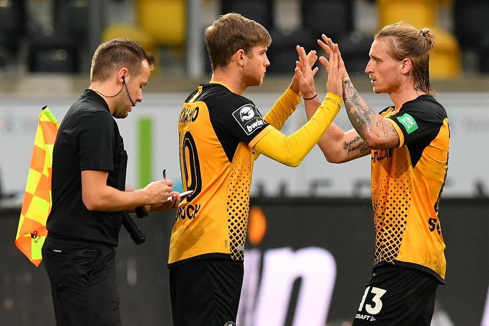 Patrick Weihrauch kommt für Marvin Stefaniak (r.) ins Spiel - demnächst darf Dynamo pro Partie fünf Spieler auswechseln.