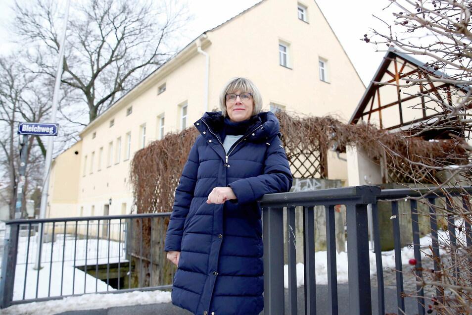 Sonita Bellinghausen vor dem ehemaligen Freizeitzentrum An der Bleiche in Königsbrück. Auch sie wünscht sich, dass es in der Stadt wieder einen Ort gibt, wo sich junge Leute treffen können.
