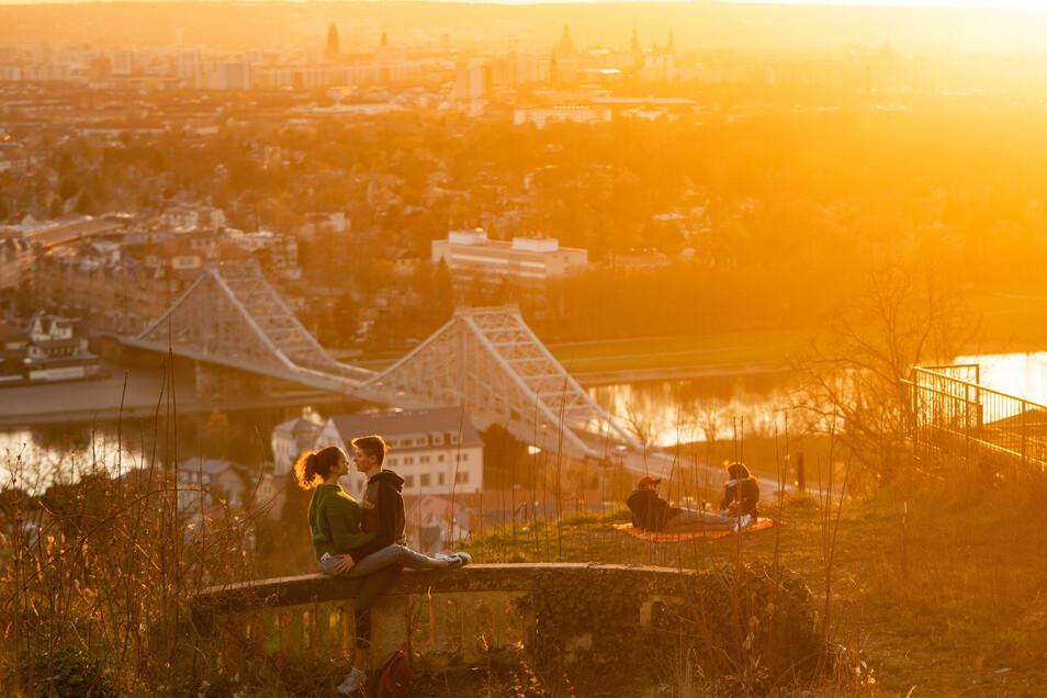 Ein Pärchen sitzt während des Lockdowns in Dresden  und genießt die Abendsonne.