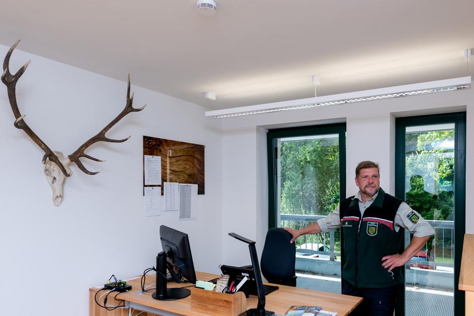 Arbeit mit Waldblick: Revierförster Olav Spengler in seinem Büro in der sanierten Försterei in Cunnersdorf.