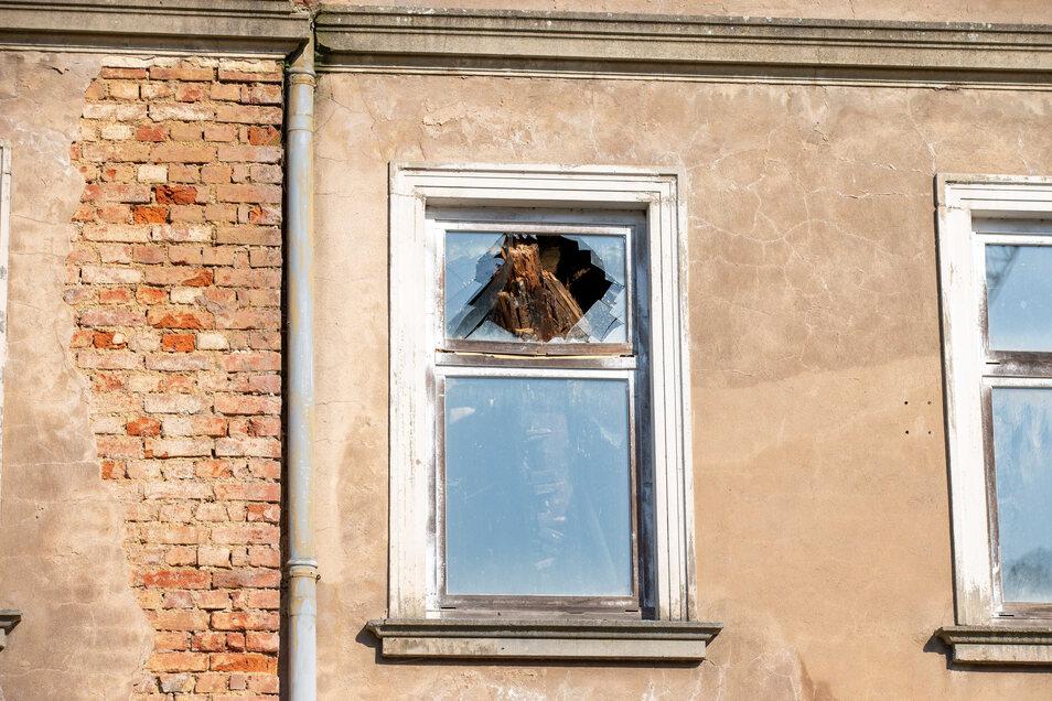 Zerschlagenes Fenster im ersten Obergeschoss: Die Scherben fielen Anwohnern zufolge bis auf den Gehweg.