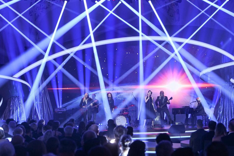 """Die Band """"Silly"""" tritt mit ihren neuen Sängerinnen Julia Neigel (3.v.l) und AnNa R. (3.v.r) während der Verleihung der """"Goldenen Henne"""" in der Kongresshalle Leipzig auf."""