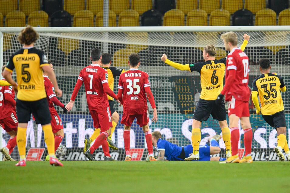 Dynamo kann jubeln, und Torschütze Marco Hartmann reißt die Arme hoch. Der Abwehrchef trifft nach Freistoß zum 1:0.