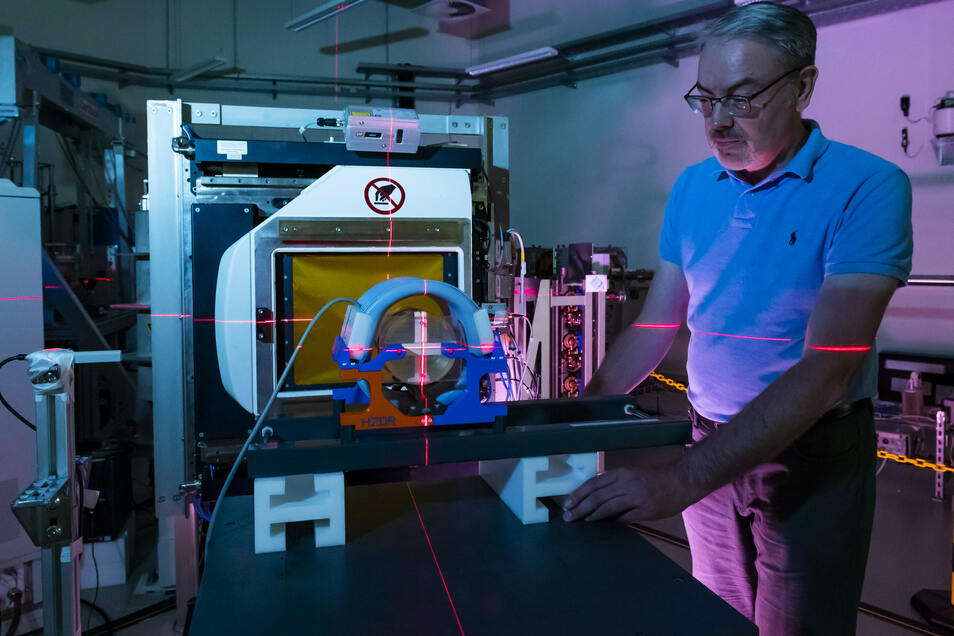 Aswin Hoffmann von Oncoray entwickelt mit seinem Team im Experimentallabor die übernächste Generation der Strahlentherapie.