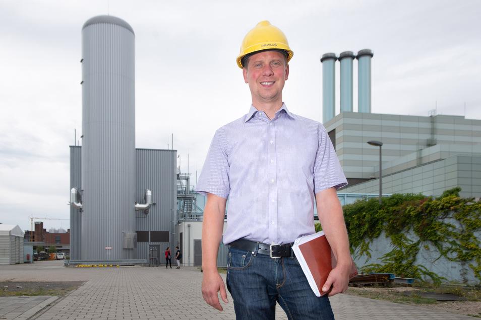 Projektleiter Lars Kaulfuß freut sich, dass der Probebetrieb der Anlage mit ihrem Speicherturm (l.) neben dem Kraftwerk Nossener Brücke gut funktioniert.