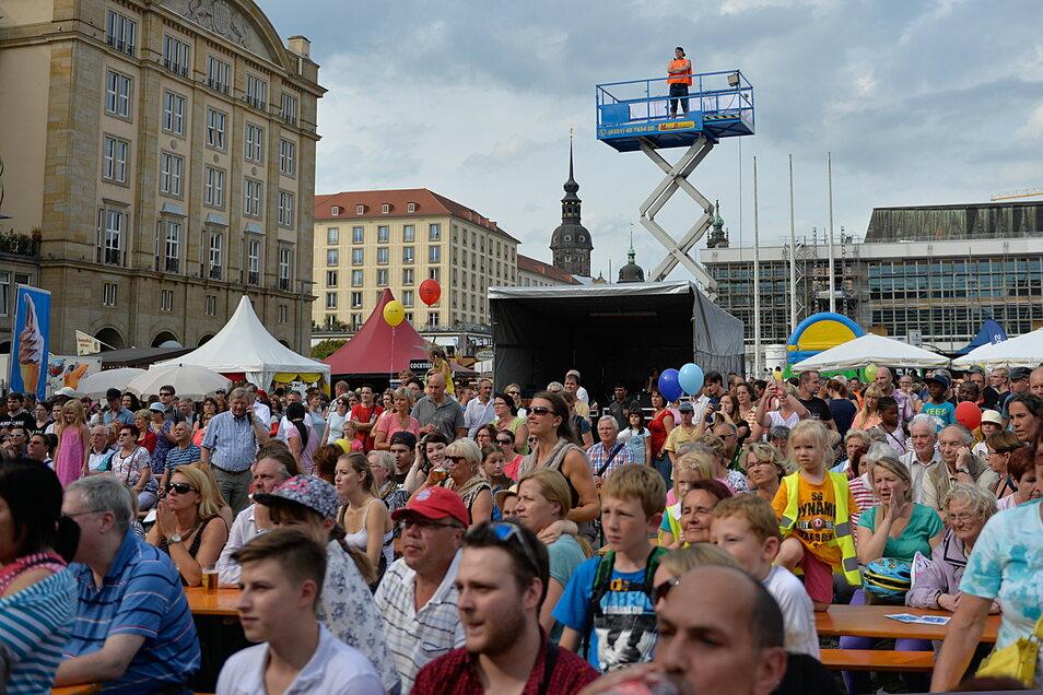 Das Foto vom Dresdner Stadtfest 2016 zeigt eine Hebebühne, die aus Angst vor einem islamistischen Terroranschlag als Wachturm genutzt wurden. Nachts machten dann Rechtsextreme Jagd auf Ausländer, um sie wahllos zu attackieren.