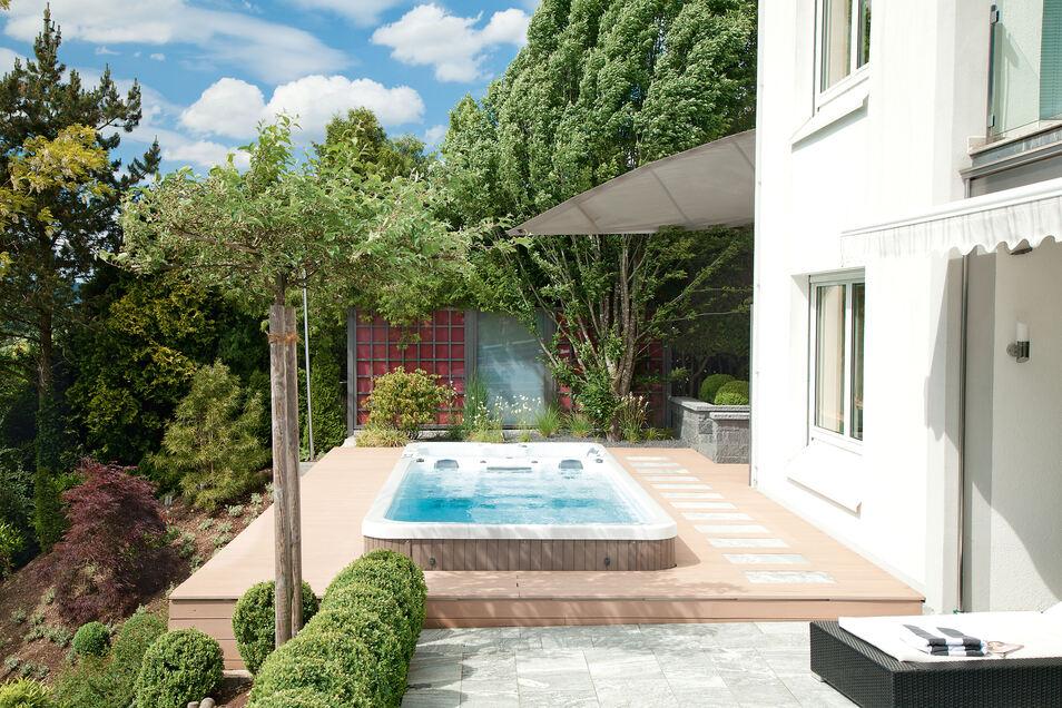 Wer seinen Pool zum Beispiel in die Terrasse integrieren will, hat die Wahl: Es gibt Fertigbecken aus Kunststoff, Edelstahl oder Glasfaser.