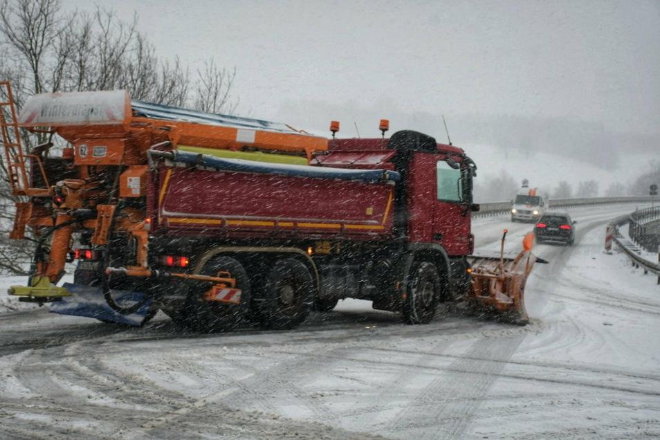 Selbst das Winterdienstfahrzeug der Firma Pohl kann an der Leisniger Umgehungsstraße nichts machen.