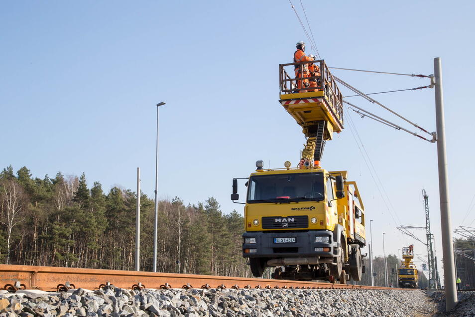 Bis zwischen Dresden und Görlitz eine Oberleitung gezogen wird, dürften noch Jahre vergehen. Aber einen wichtigen Schritt für die Elektrifizierung der Strecke hat der Freistaat jetzt eingeleitet.