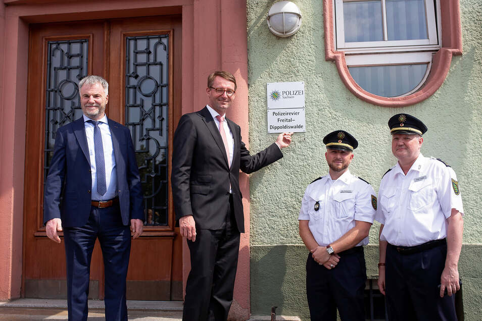Innenminister Roland Wöller (2. l.) macht Freital zum Sitz des Polizeireviers, was Oberbürgermeister Uwe Rumberg (l.) und Revierleiter Rico Sommerschuh (2. r.) freut.