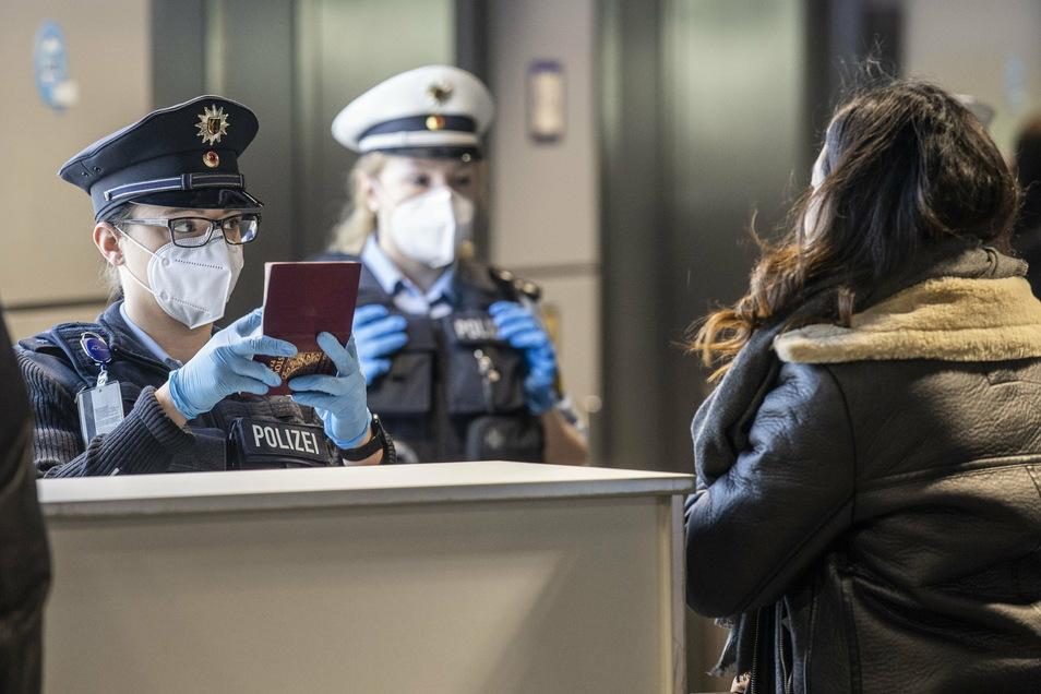 Kontrolle am Flughafen: Wer aus einem Virusvarianten- oder Hochrisikoland nach Deutschland einreist, braucht einen aktuellen negativen Coronatest.