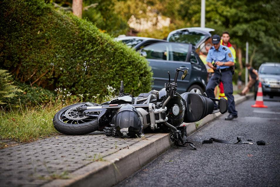 Biker und Sozia wurden bei dem Zusammenstoß mit einem Pkw verletzt.