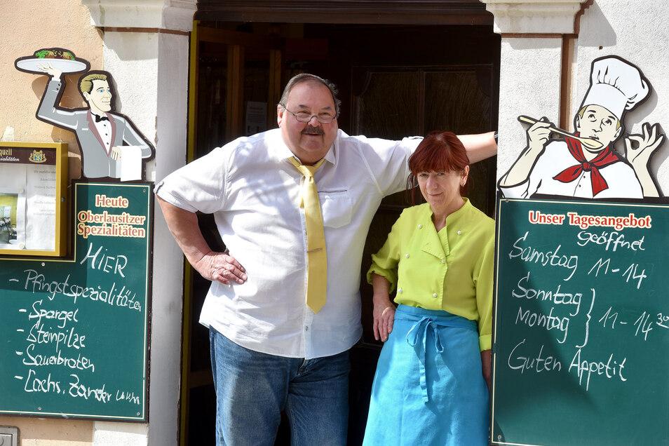 """Gehen in den verdienten Ruhestand: Viola und Wolfgang Stelzer. Sie haben 28 Jahre lang das Restaurant """"Am Altmarkt"""" geführt."""
