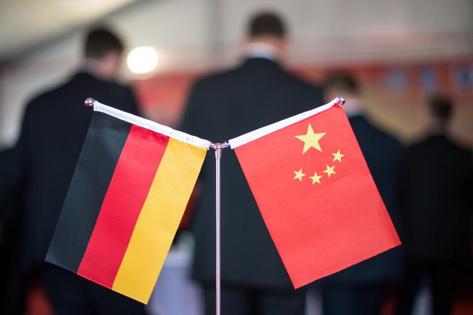 Eine chinesische und eine deutsche Flagge bei einem Empfang: Die Beziehung zwischen den Ländern ist  derzeit sehr angespannt.