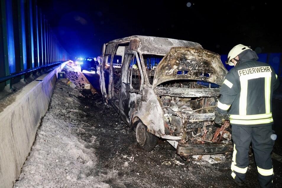 Abgebrannter Kleinbus auf der A17. Etwas konnten die beiden Insassen noch retten.