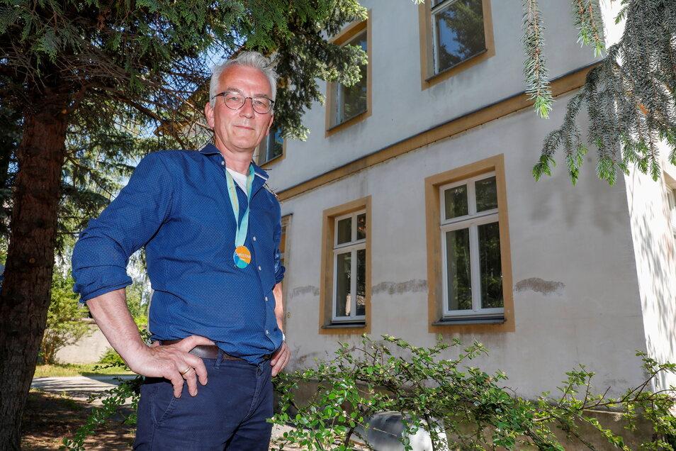 Schkola-Geschäftsführer Christian Zimmer vor dem neuen Schulgebäude in Ostritz, das früher unter anderem von der Kreismusikschule genutzt wurde.