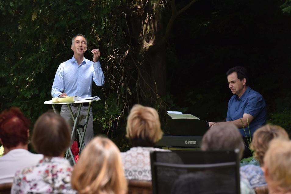 Uwe Becker (li.) und Christian Helm sind das Sprecher-Musiker-Duo des Kulturvereins, das auch diesen Sommer wieder mehrfach auftreten wird.