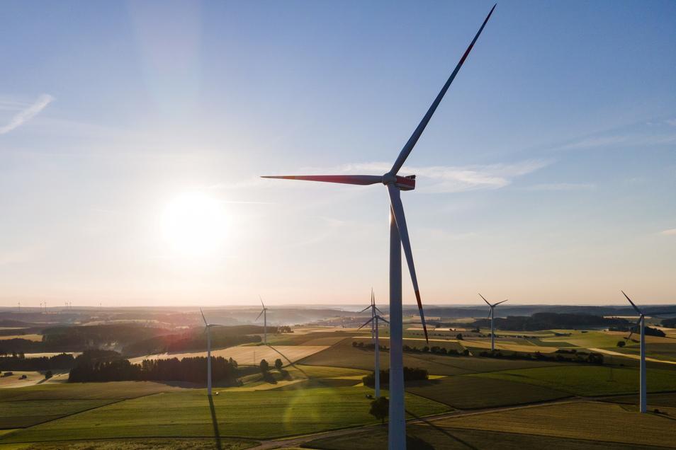 Windräder stehen in Baden-Württemberg auf einem Feld. In Sachsen sind 2021 keine solchen Anlagen hinzugekommen - im Gegenteil.