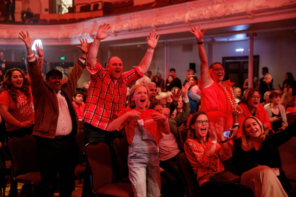 Arderns Anhänger jubeln bei der Bekanntgabe der ersten Ergebnissen kurz nach Schließung der Wahllokale.