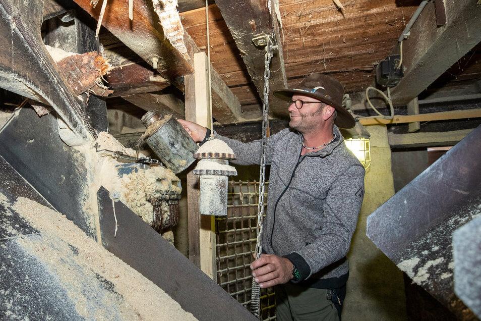 """""""Kein elektronischer Quatsch."""" Vorarbeiter Jens Goldberg gießt Schmierstoff in die Ölpumpe eines Sägegatters aus den 1930ern."""
