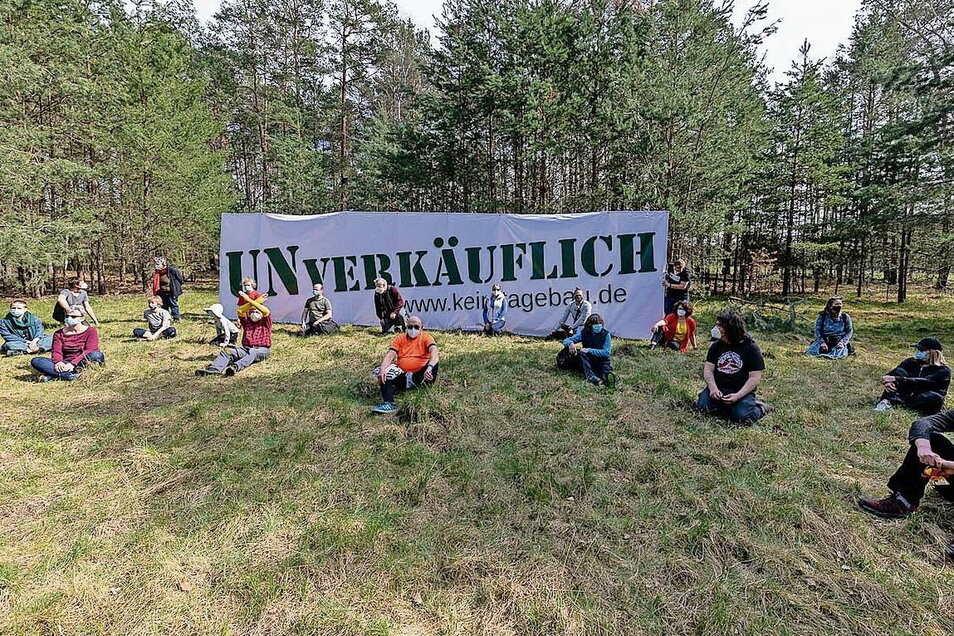 Den Corona-Regeln geschuldet war die Zahl der Protestler im Wald nahe dem Tagebau Nochten diesmal um Einiges geringer, die Botschaft dennoch unmissverständlich. So betonen es die Veranstalter.