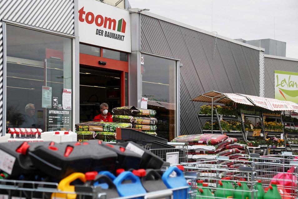 Mitarbeiter mit Mundschutz: Am Sonnabend hatte der Toom-Baumarkt im Riesapark zum letzten Mal geöffnet. Grund ist eine Anordnung des Freistaates, nun auch alle Baumärkte zu schließen.