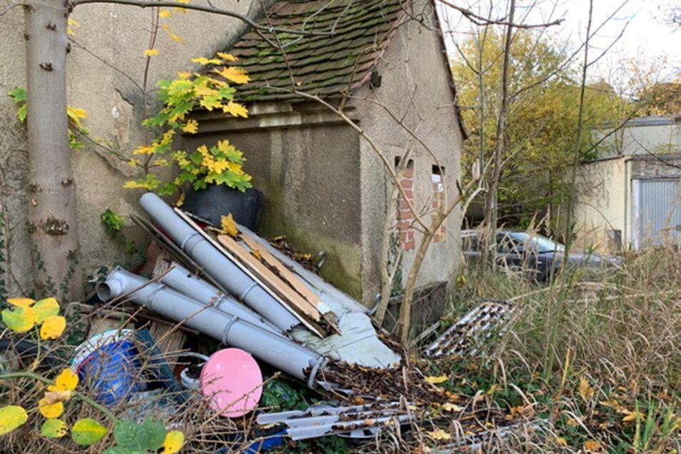 Der Müllberg auf einem Grundstück an der Bautzner Straße in Kamenz wächst stetig. Viele Anwohner stört das. Das Haus steht unter Denkmalsschutz.