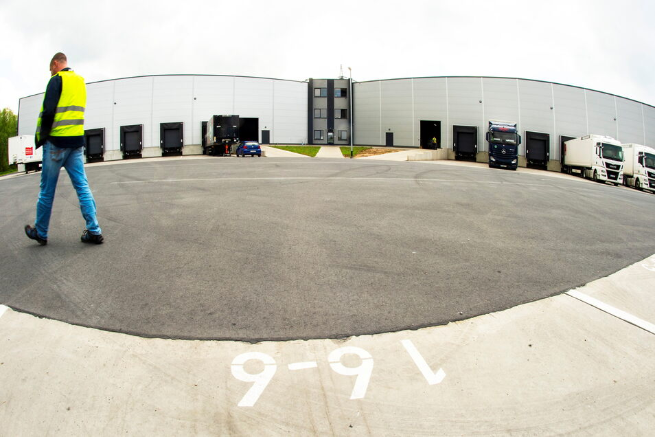 Hinter dem Gebäude wurde eine große Fläche geschaffen, auf der Lkws drehen und wenden und rückwärts an die Hallen fahren können.