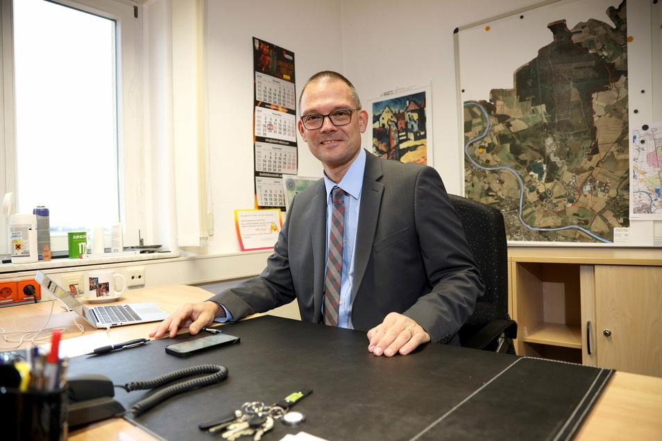 HIer noch am Schreibtisch in Zeithain: Der parteilose Politiker Ralf Hänsel hat mittlerweile souverän seine erste Kreistagssitzung als Landrat gemeistert.