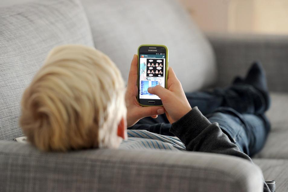 Laut einer Studie des Digitalverbands Bitkom ist über die Hälfte der Sechs- bis Siebenjährigen manchmal mit dem Smartphone beschäftigt. Die Gruppe geht teils noch in die Kita. Erzieher in Dresden erleben täglich, welche Rolle neue Medien heute spielen.