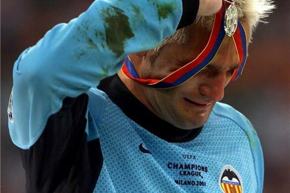 Moment einer großen Niederlage: Nach dem im Elfmeterschießen verlorenen Champions-League-Finale im Mai 2001 nimmt der Torhüter des FC Valencia Santiago Canizares seine Silbermedaille ab.
