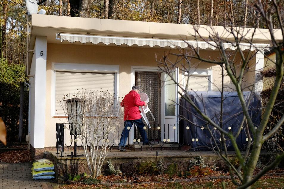 Stühle rein in die Bungalows und ab nach Hause. Der Aufenthalt im Waldbad Oberau ist jetzt auch für die Bungalowbesitzer verboten.