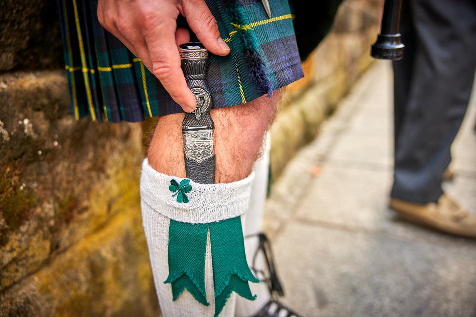 Ein fast echter Schotte trägt nicht nur Kilt, sondern auch einen Strumpfdolch, hier am Bein von Dudelsackspieler Hainich.