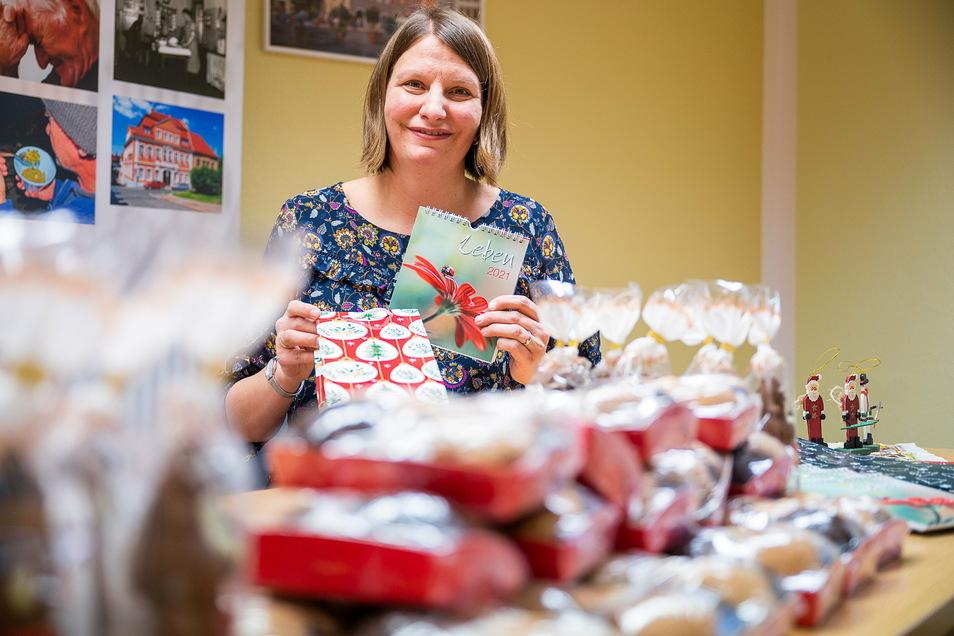 Anika Arlt packt in der Stadtmission Weihnachtspäckchen für Bedürftige.