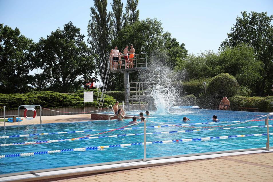 Das Freibad in Riesa war am Sonnabend erstmals so richtig voll.