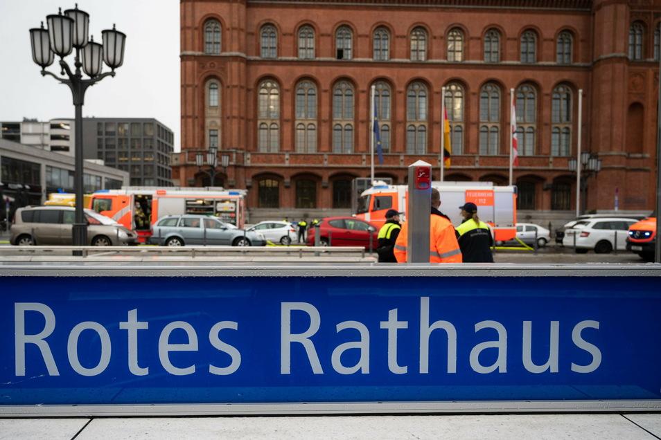 Feuerwehrautos stehen vor dem Roten Rathaus. Im Bereich des neuen Berliner U-Bahnhofs hat ein U-Bahnwagen gebrannt.
