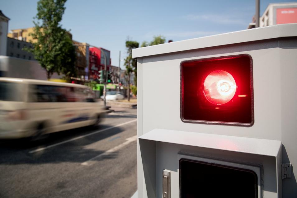 Ein Tempomessgerät steht an der Hamburger Reeperbahn. Blitzer-Anlagen leben in Deutschland mitunter gefährlich. Immer wieder gibt es Berichte über Angriffe auf die Messanlagen.