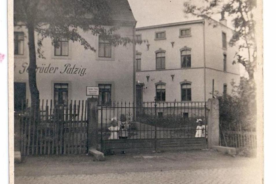 Das Wohnhaus und die Fabrik im Hintergrund, in den 1930ern.