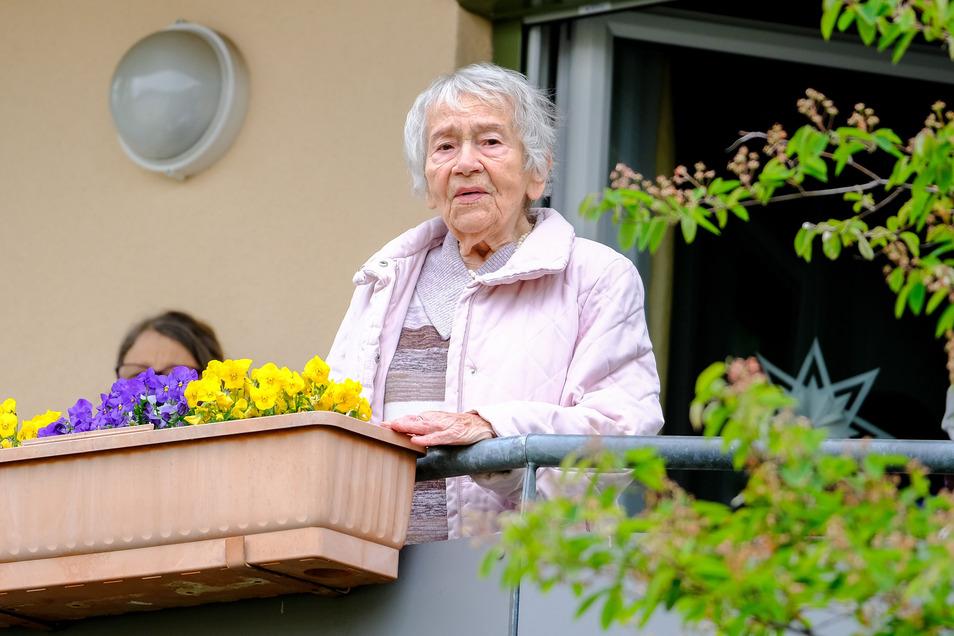 Sicherer Abstand: Gerührt lauscht die 101-jährige Jubilarin auf ihrem Balkon im Innenhof eines Radebeuler Seniorenwohnparks.